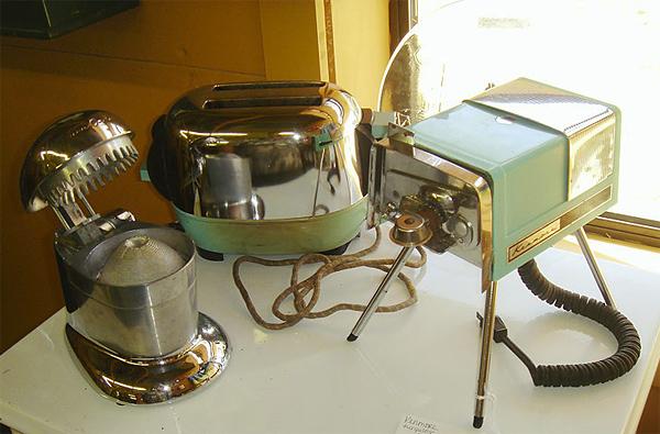 Kuhmen.ru -  Слева направо: соковыжималка для цитрусовых, тостер и электрический консервный нож. Все устройства выпуска шестидесятых годов.