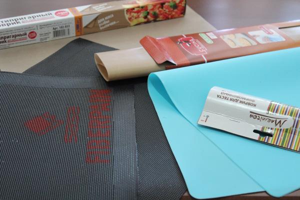 kuhmen.ru - Для начала определимся с составом участников кулинарно-творческого эксперимента. Это коврики для выпечки следующих фирм: Sasa (Франция, сделан... коробочки уже давно нет, поэтому сказать точно где сделан не могу), Marmiton (Великобритания, сделан в Китае), Grifon (Китай, сделано… э-э… в Китае), La Cucina (Нидерланды, сделан в Китае)…