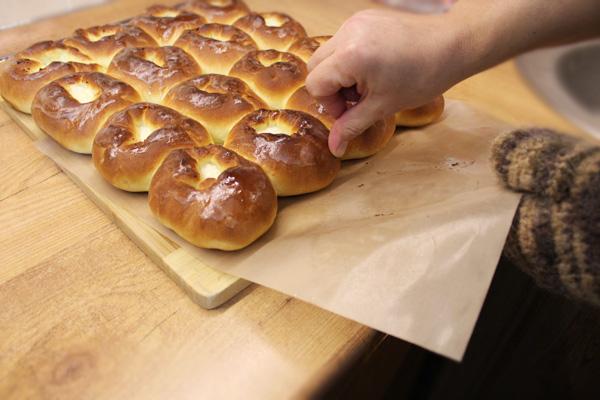 Kuhmen.ru - Эксперимент с антипригарными ковриками: соскальзывает выпечка со стекловолоконного коврика удивительно легко...